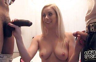 एक पतली लड़की पूल में खेलने के सेक्सी एचडी मूवी सनी लियोन लिए इंतजार कर रही है ।