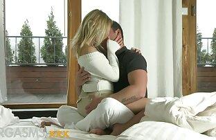 वह इंग्लिश इंग्लिश सेक्सी मूवी अपने प्रेमी को बिस्तर पर ले जाती है ।